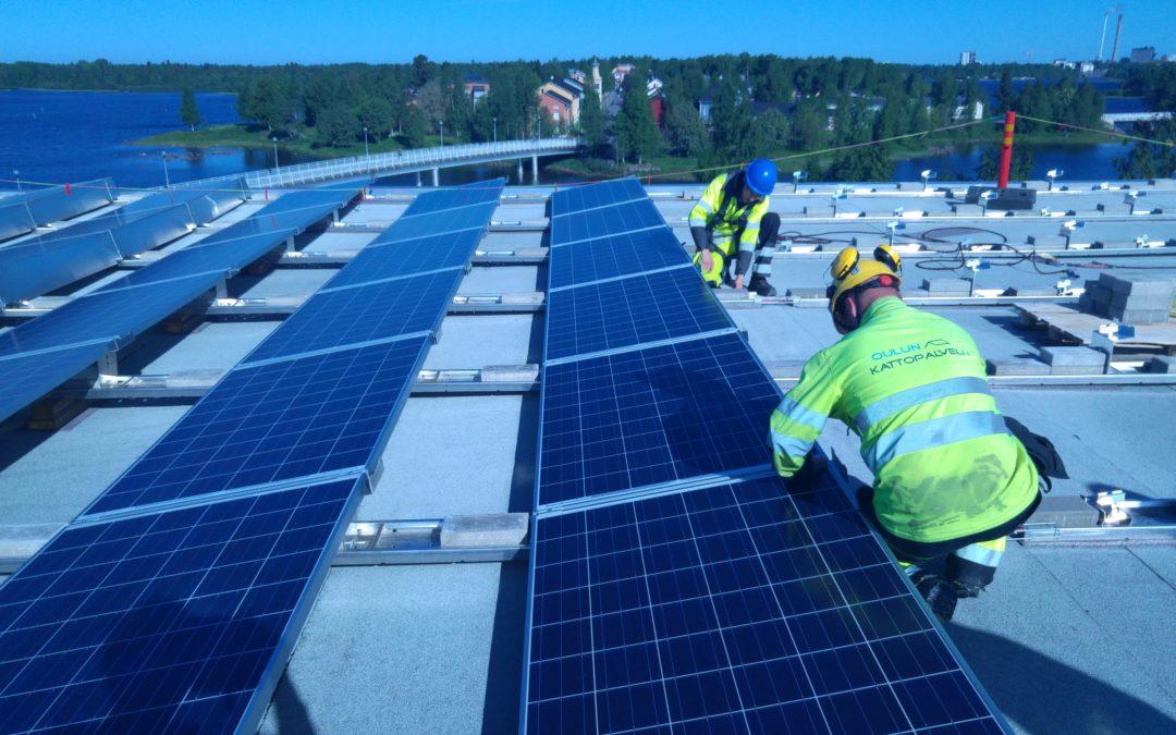 Oulun kattopalvelu on aloittanut yhteistyön Oulun Energian kanssa aurinkopaneelien asennuksessa. Kesän ensimmäinen kohde on Oulun kaupungin pääkirjasto.