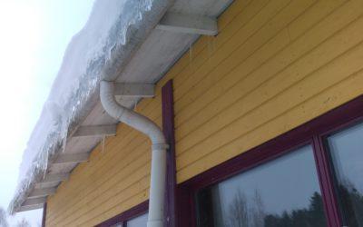 Rakennusten jääpadot uhkaavat rakenteita