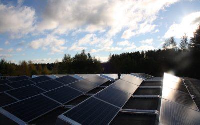 Rantsilan Mekamet Oy:n katolle 96kpl aurinkopaneeleja
